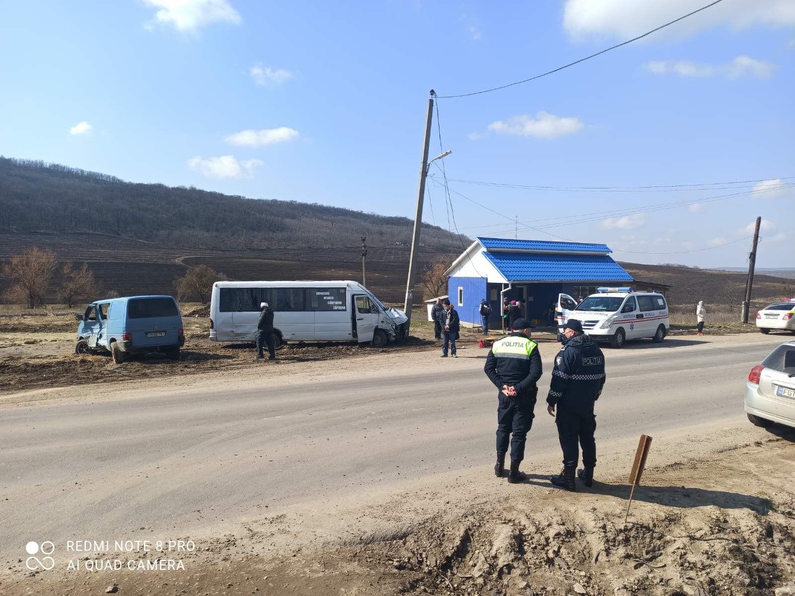 FOTO // Accident cu implicarea unui microbuz de rută, la Hîncești