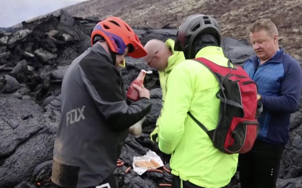 Ученые пожарили хот-доги на проснувшемся вулкане Фаградалсфьяль в Исландии
