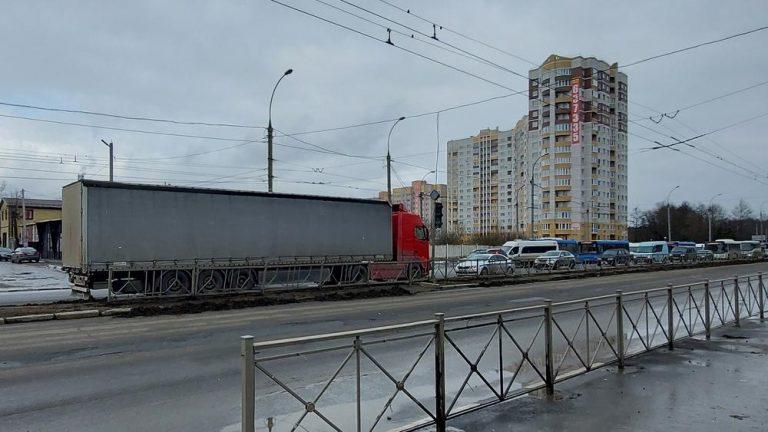 Un moldovean a fost susprins pe contrasens la Breansk, în timp ce conducea un camion (FOTO)
