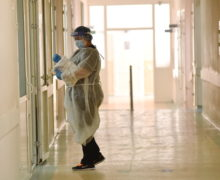 Încă 28 de moldoveni au fost răpuși de Covid-19. Printre victime, un medic din Briceni