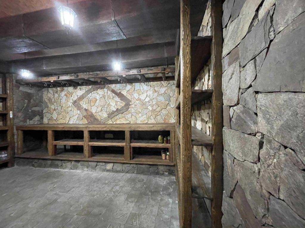Оленьи шкуры, пустой подвал и озеро с лебедями. Репортаж NM из опустевшей резиденции президента Молдовы в Кондрице