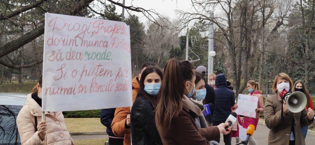Protest în fața guvernului, față de educația online. Secretarul MECC discută cu părinții (VIDEO)