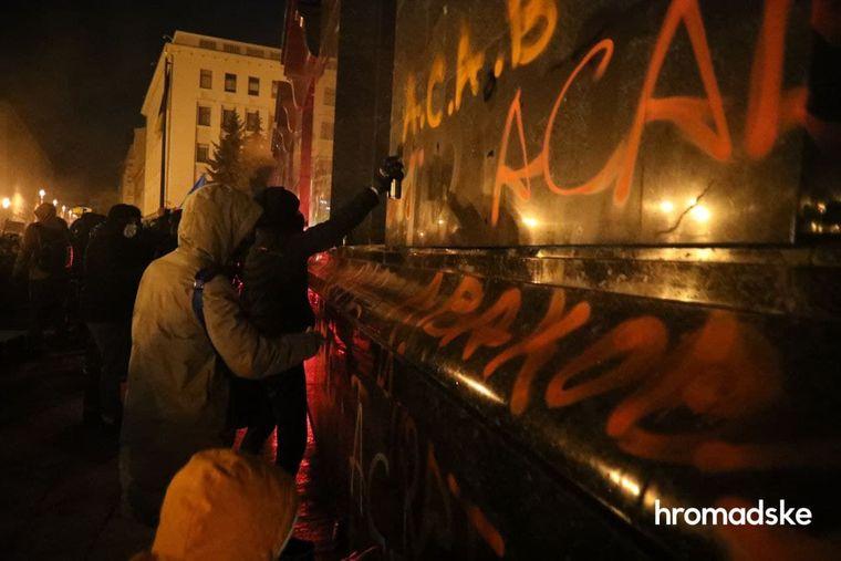 ВКиеве протестующие разбили двери вздании офиса президента ирасписали стены. Первоначально акцию планировали как перформанс