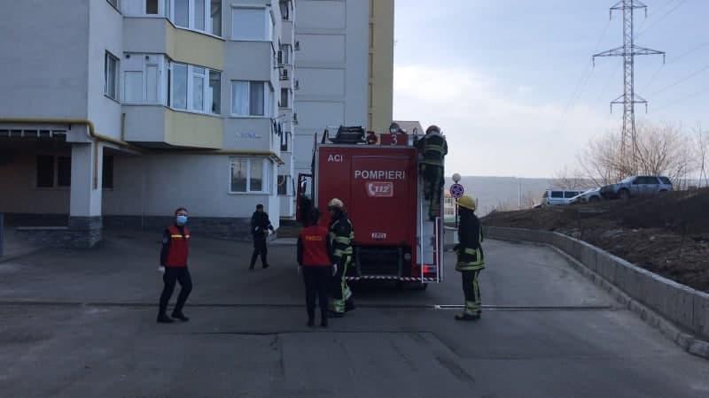 Un copil de aproape 2 ani a căzut în gol de la etajul 9 al unui bloc din capitală (VIDEO)