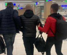 Doi moldoveni căutați de Interpol, reținuți în Italia și extrădați acasă