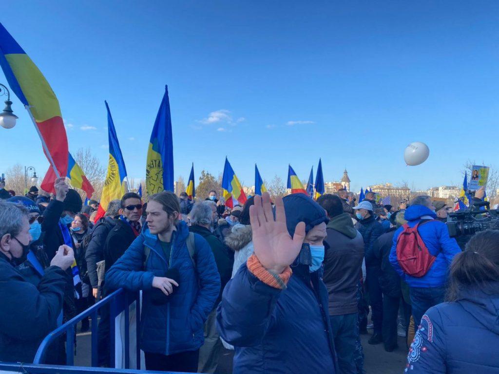 Protest anti-vaccinare în fața clădirii Parlamentului României (FOTO)