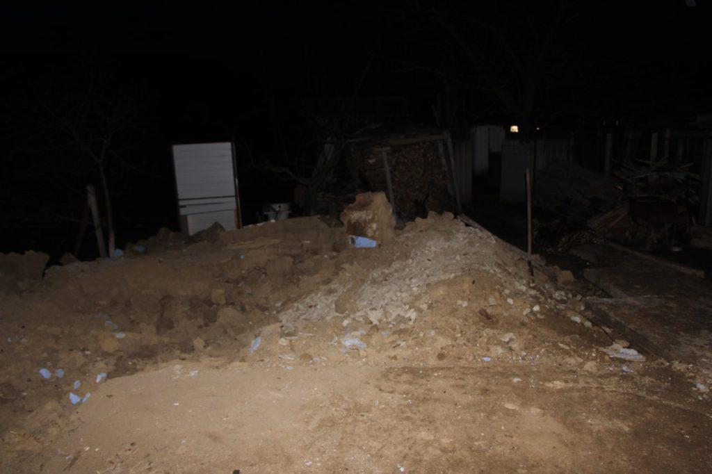 Un perete s-a prăbușit peste doi bărbați la Nisporeni. Un tânăr de 27 de ani a murit (FOTO)