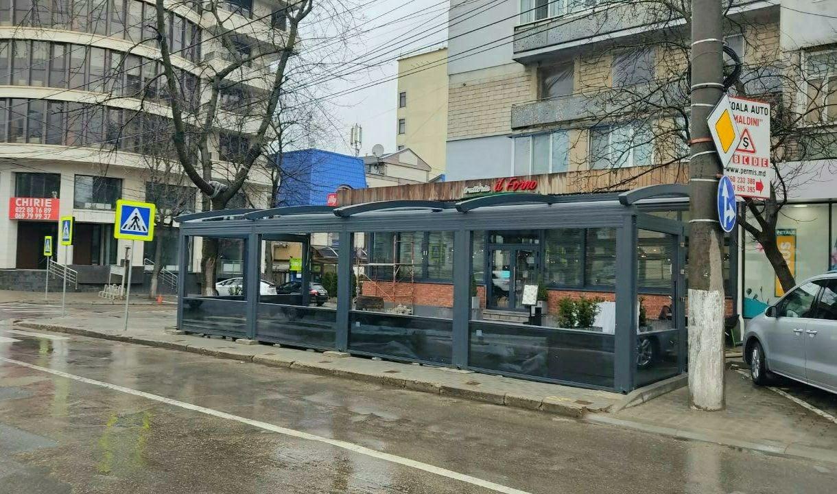 Вцентре Кишинева снесли террасу, установленную натротуаре