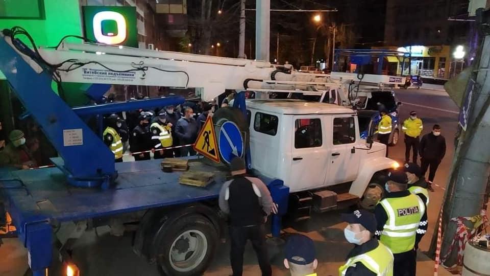Firma unui centru comercial din sectorul Râșcani a fost scoasă, noaptea, sub supravegherea poliției (FOTO)