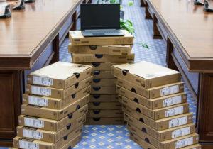 10 000 de calculatoare vor fi distribuite elevilor din ciclul gimanzial și liceal. Care este valoarea achiziției