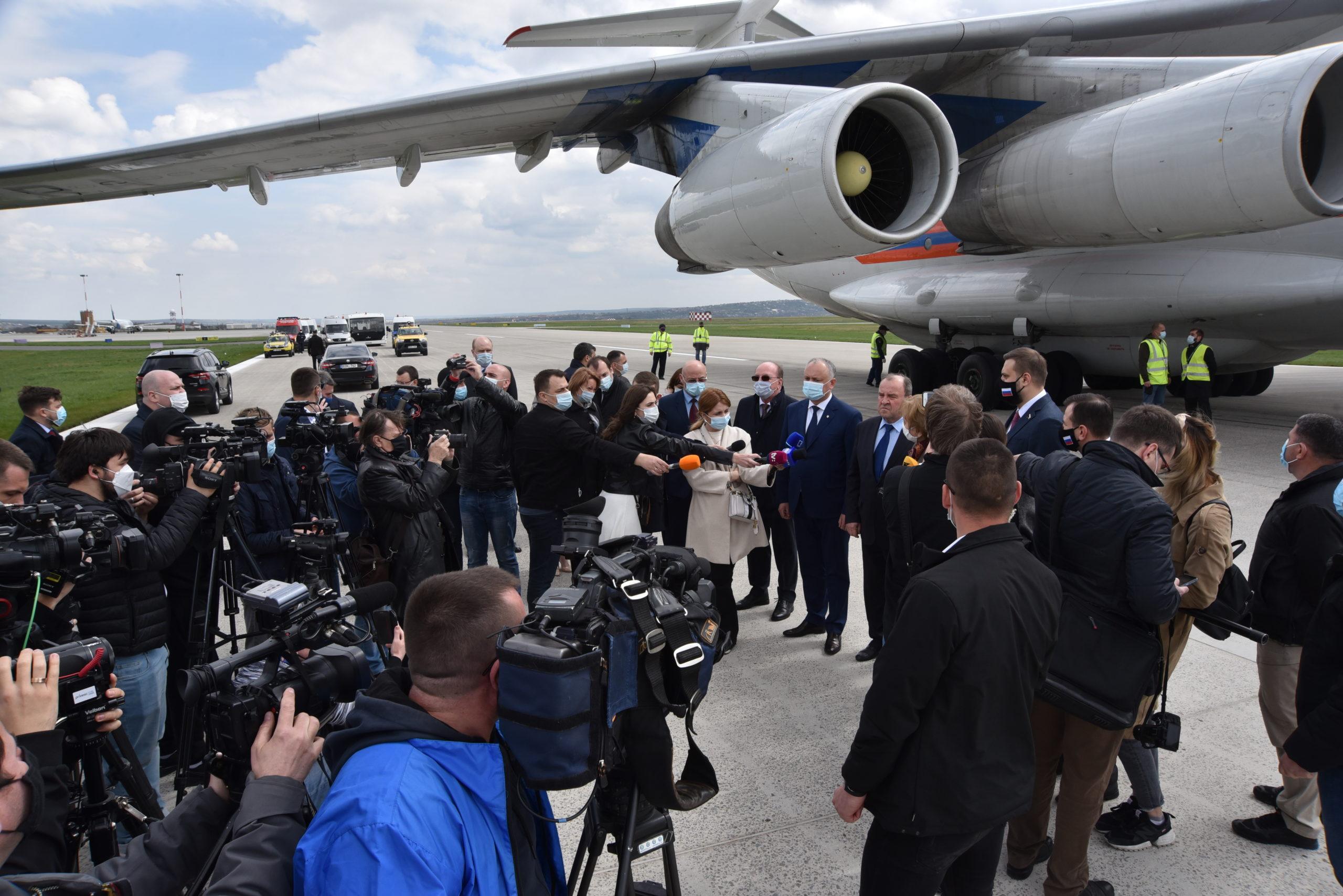 Как в Кишиневском аэропорту принимали партию российской вакцины «Спутник V». Фоторепортаж NM