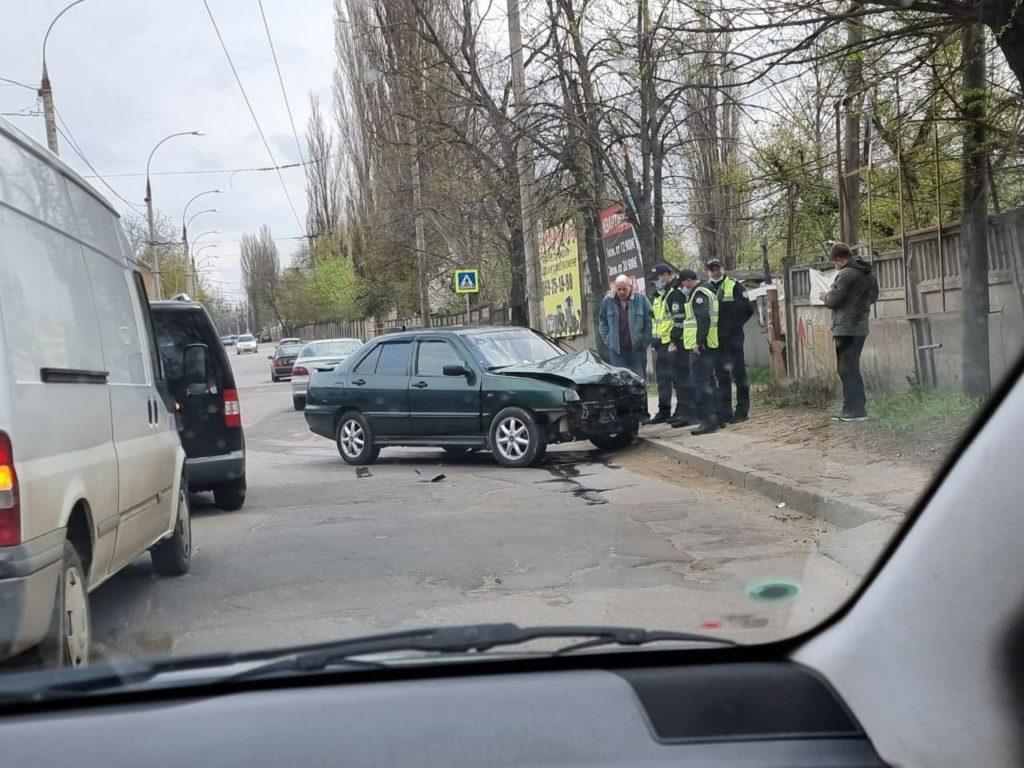 Accident cu implicarea a trei mașini la Durlești. Un bărbat a avut nevoie de îngrijiri medicale (FOTO)