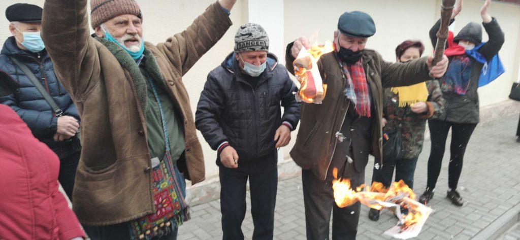 Участники акции возле зданияКС сожгли газету ПСРМ сфотографией Додона (ФОТО)