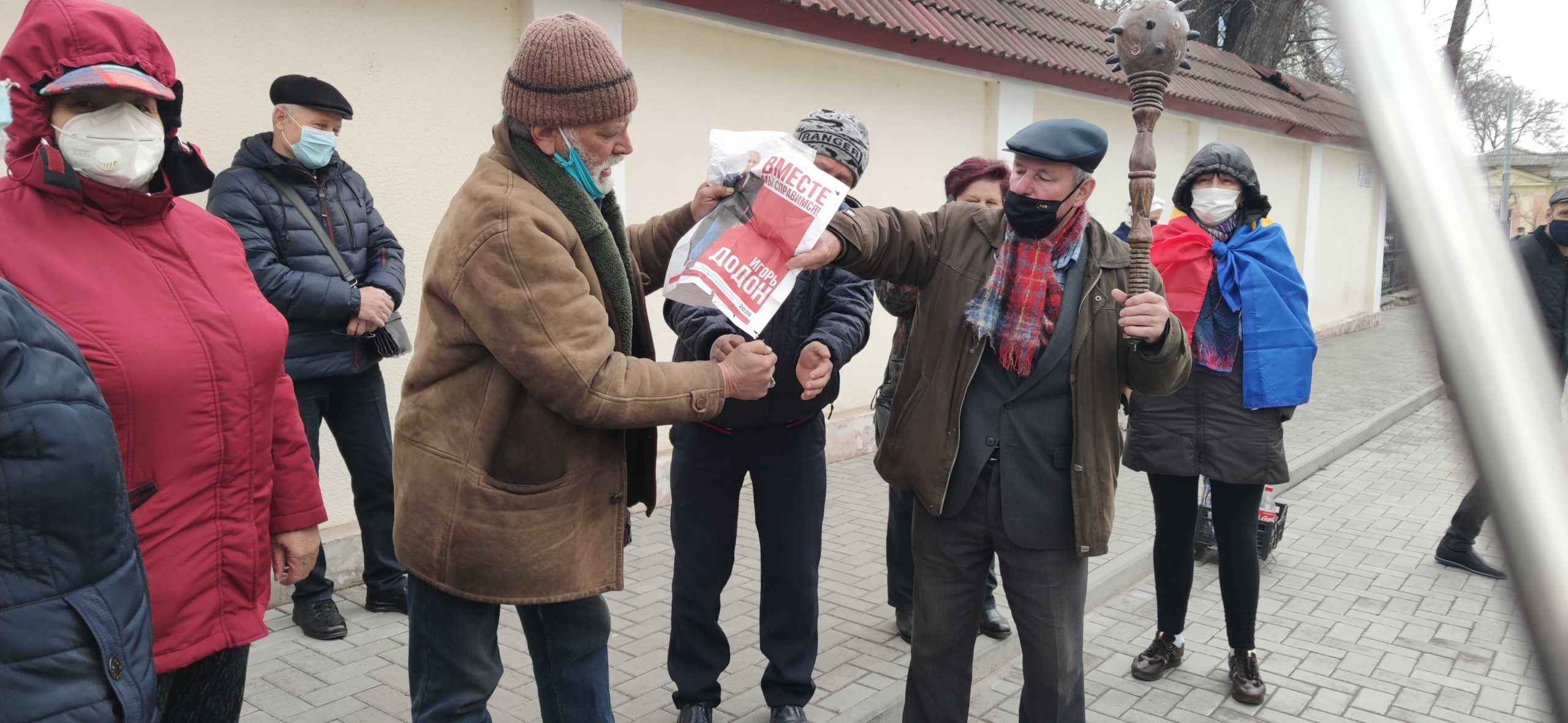 """Câțiva protestatari au dat foc la ziarul """"Socialiștii"""" pe care era imprimată fotografia lui Igor Dodon (FOTO)"""