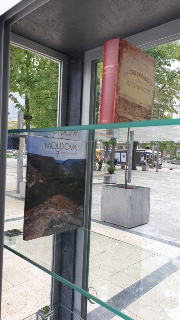 În centrul capitalei a fost deschisă o bibliotecă în aer liber (FOTO)