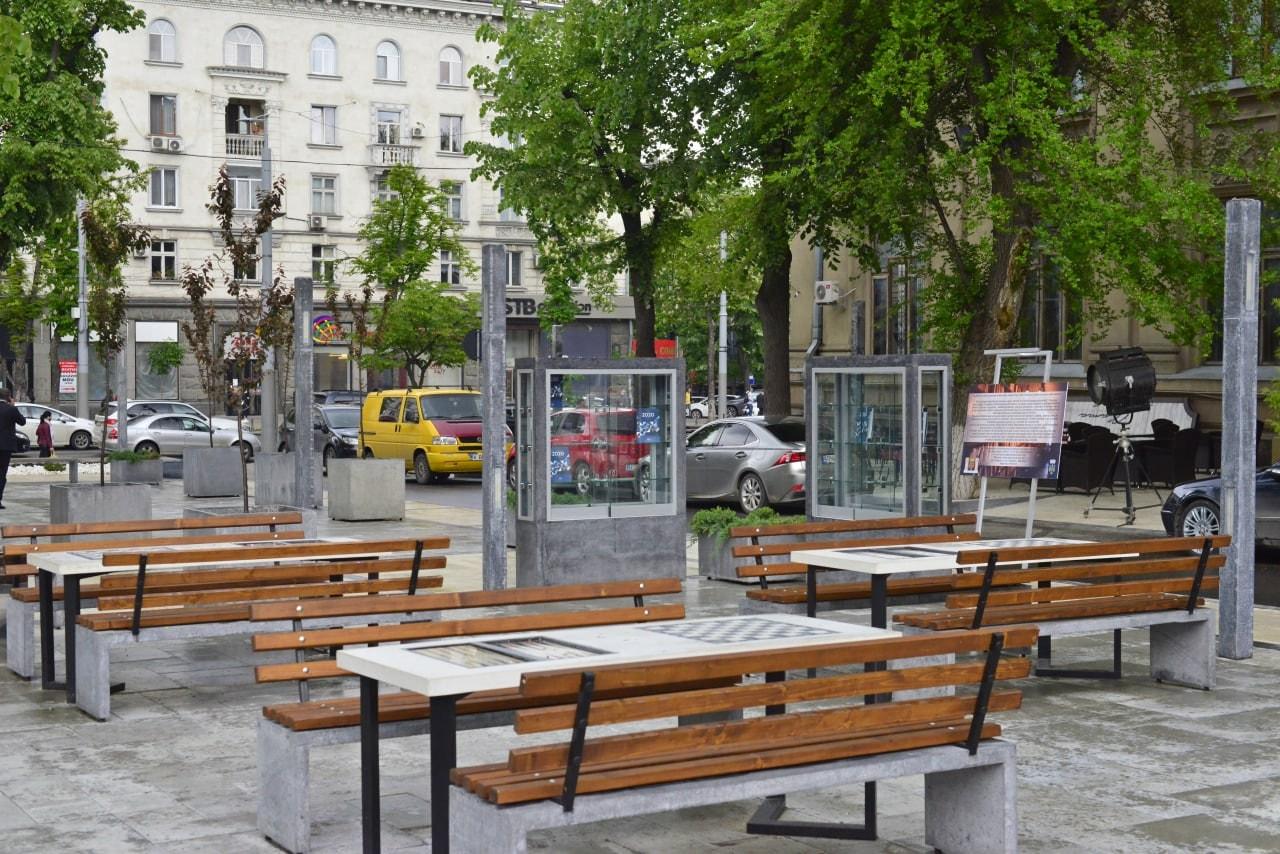 Всквере в центре Кишинева открыли уличную библиотеку (ФОТО)