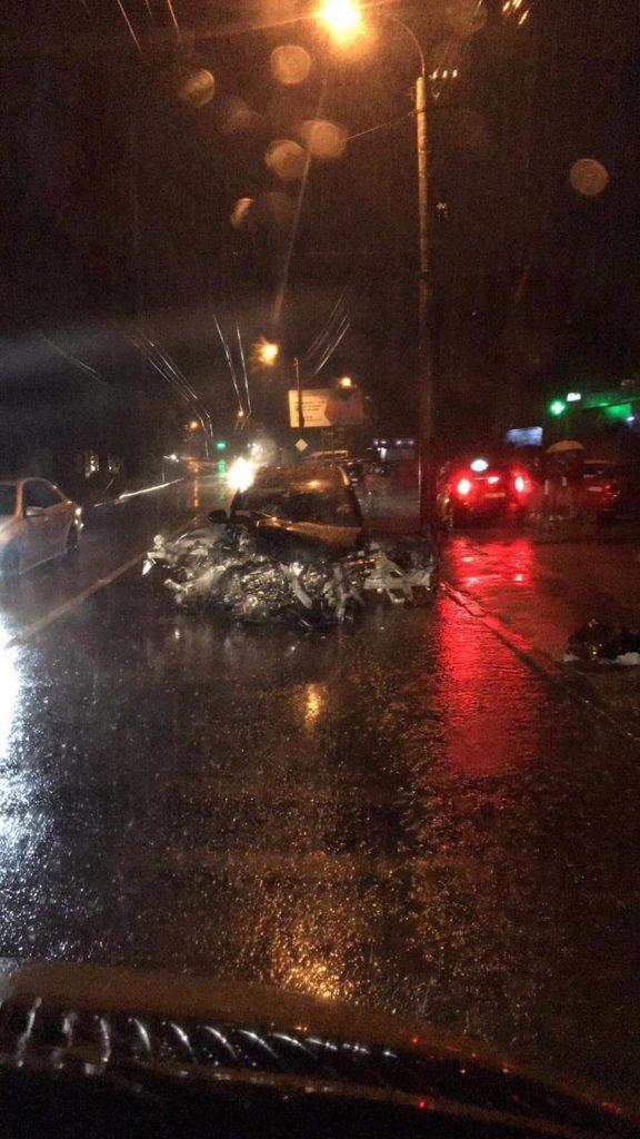 Un BMW a fost grav avariat după ce s-a lovit de un pilon pe str. Muncești din capitală (FOTO)