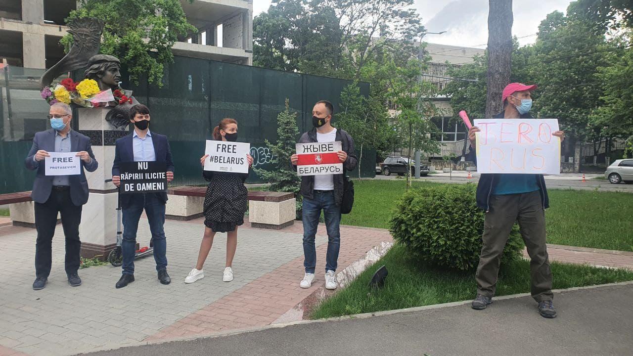 Protest la Ambasada Republicii Belarus în legătură cu reținerea jurnalistului Roman Protasevici