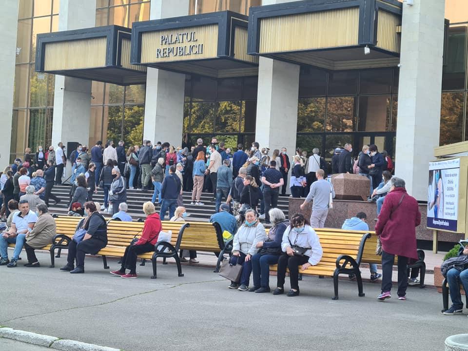 В Кишиневе уДворца Республики образовалась очередь желающих вакцинироваться (ФОТО/ВИДЕО)