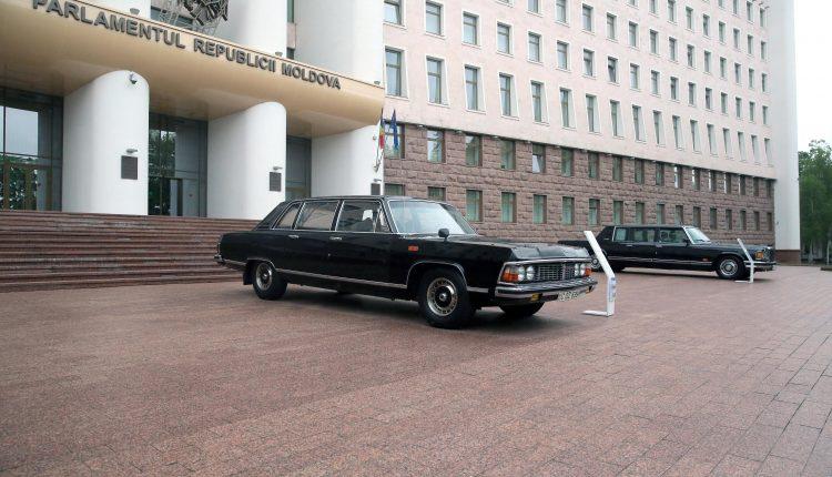 В Кишиневе в сквере парламента открылась выставка ретро-автомобилей (ФОТО)