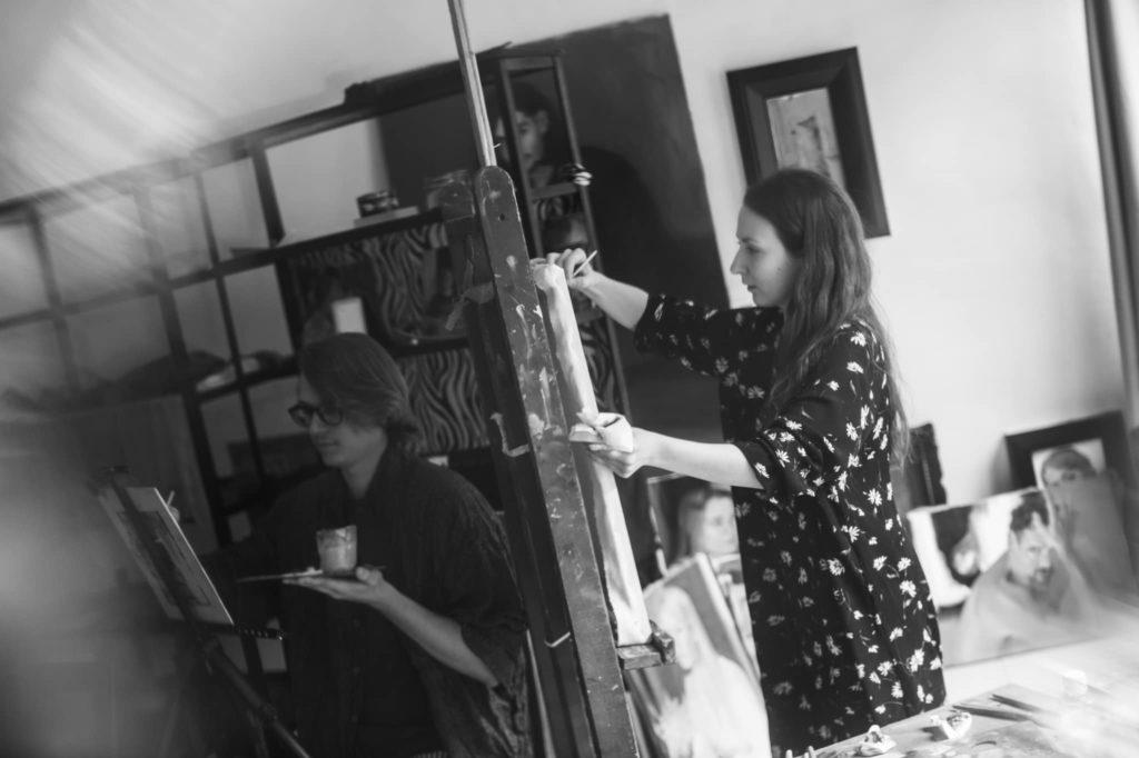 «Он позировал два дня, пока я писала королевские уши». Художник Елена Брия о коронации Фердинанда I, «коктейле наций» и о продаже своих картин в США