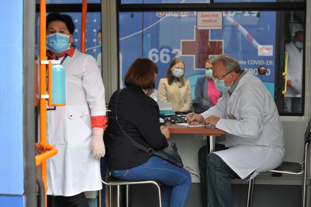 «Боюсь умереть от коронавируса, прививаться тоже боязно, но иду». Как в Кишиневе запустили мобильные пункты вакцинации