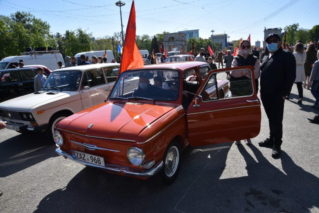 Arme, mașini retro și panglica Sf. Gheorge. Cum au sărbătorit socialiștii 9 mai (REPORTAJ FOTO)
