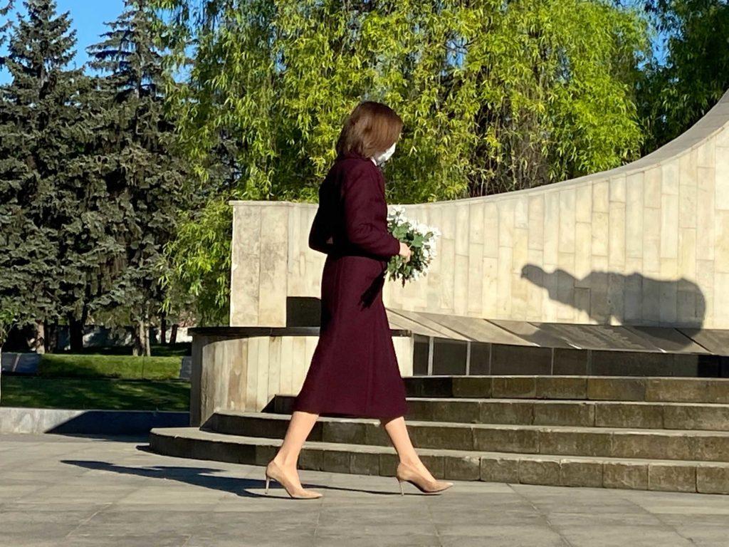 """""""Sacrificiul lor nu poate fi uitat"""". Președinta Maia Sandu a depus flori la Memorialul """"Eternitate"""" (FOTO)"""