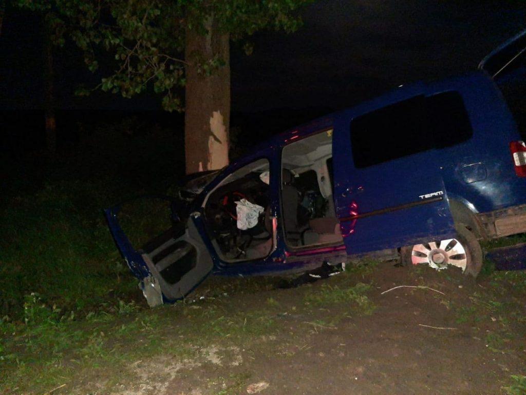 Un șofer beat și fără permis de conducere a intrat cu mașina într-un copac la Criuleni. Doi pasageri au murit (FOTO)