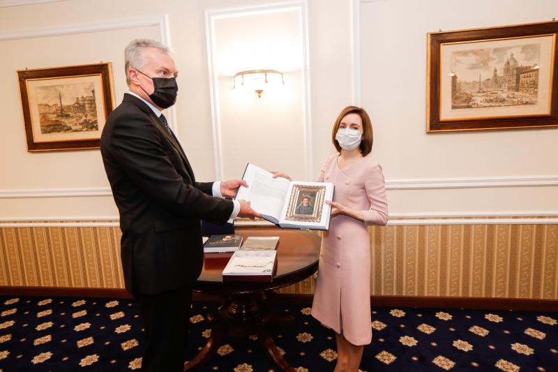 Президенты Молдовы иЛитвы обменялись подарками (ФОТО)