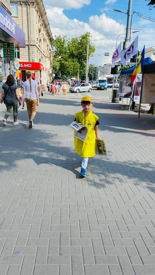 Вцентре Кишинева заметили ребенка, раздававшего листовки PAS. Что сказали впартии?