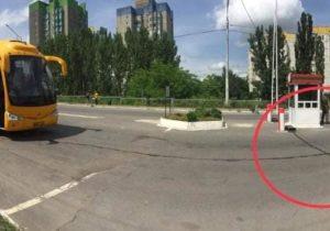 """""""Au pus în fața autocarului o bandă cu țepi"""". AUR nu a fost lăsat să intre în regiunea transnistreană(VIDEO)"""