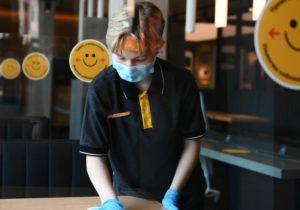 ВМоскве разрешили отстранять отработы сотрудников, отказавшихся вакцинироваться. Ихоставят без зарплаты