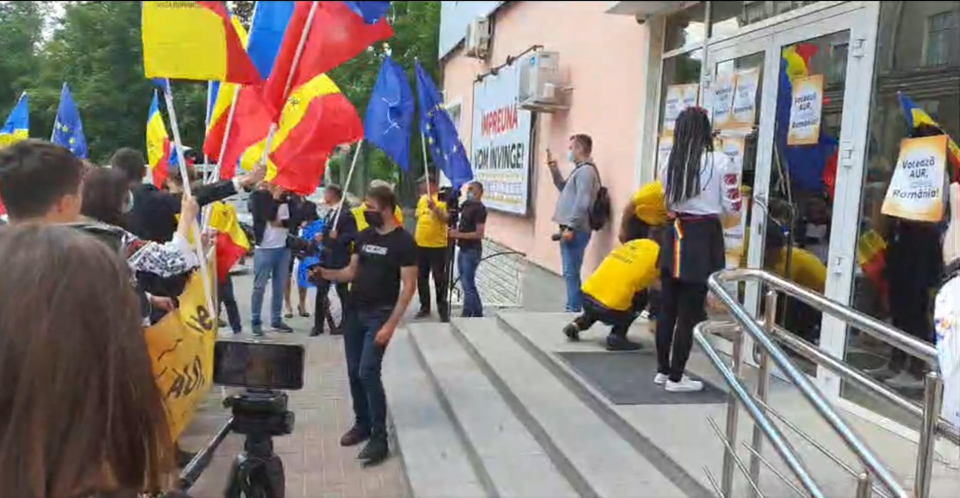 AUR a protestat la sediul PSRM. Țîrdea și Batrîncea au ieșit în fața manifestanților (FOTO)