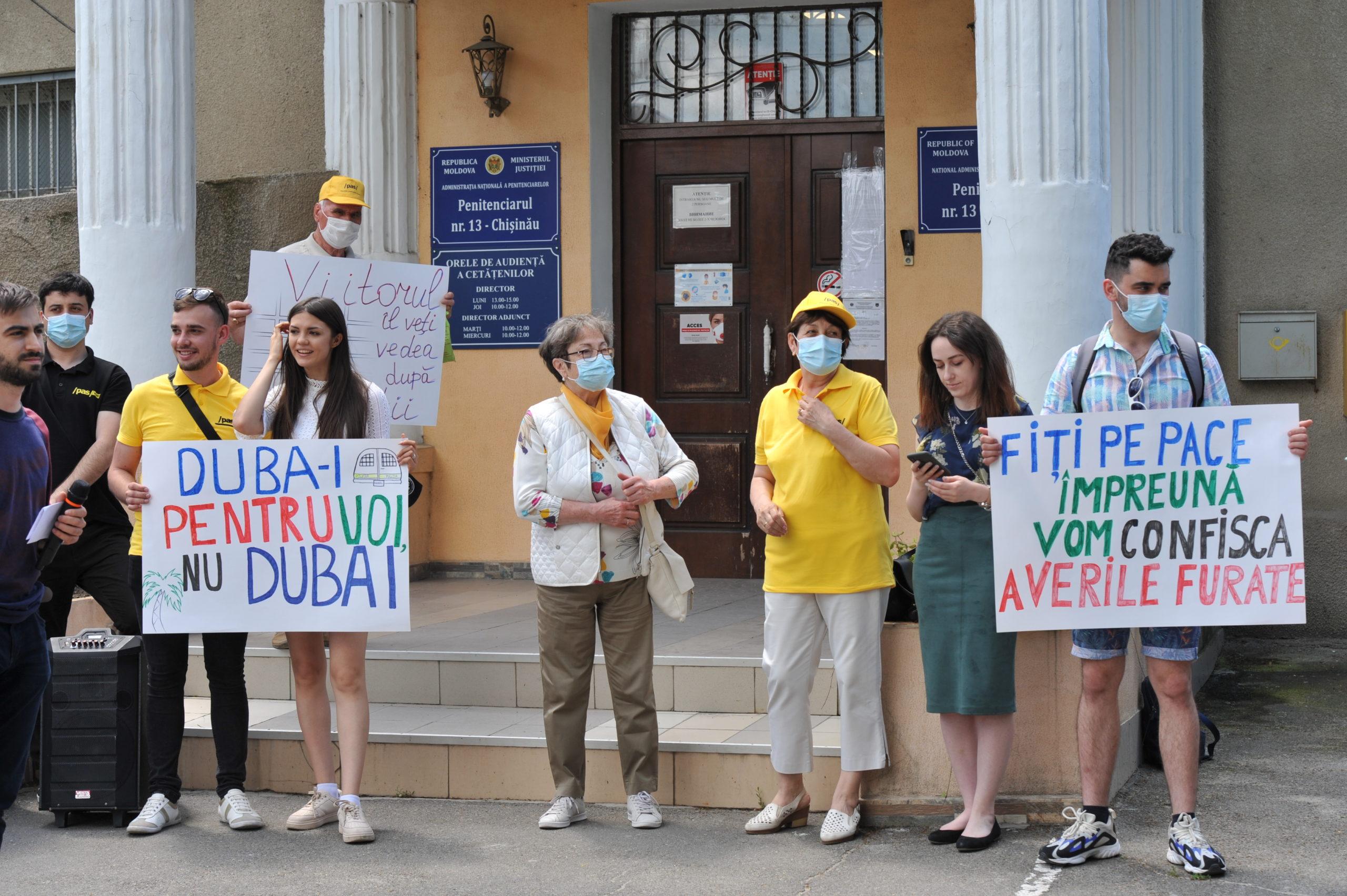 """""""Duba-i pentru voi, nu Dubai"""". PAS Youth a organizat un flashmob în fața Penitenciarului nr.13 (FOTOREPORTAJ)"""