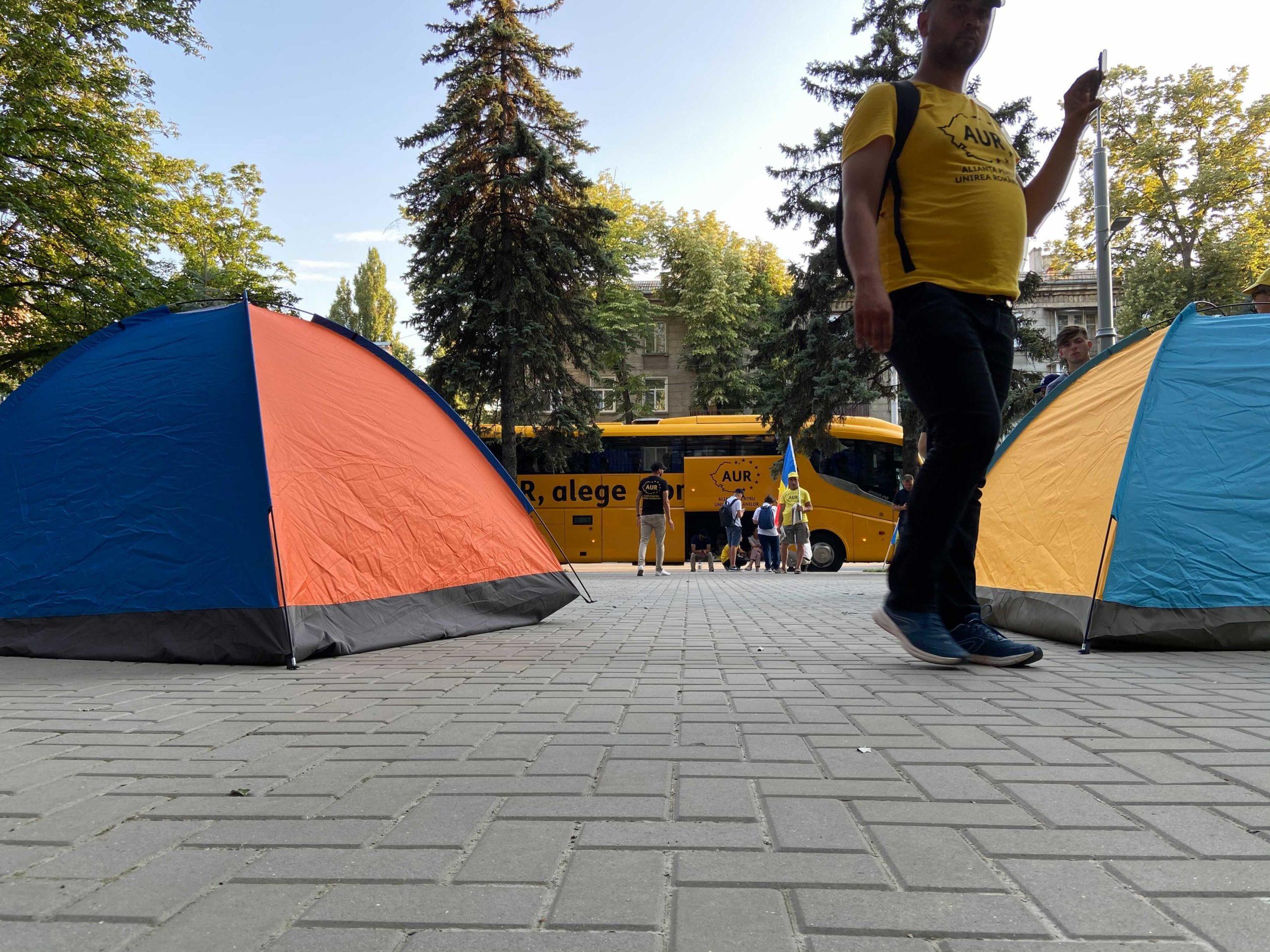 Представители AUR установили палатки уздания СИБ. Что они требуют? (ФОТО)