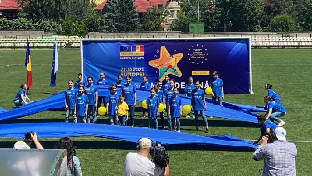 Ambasadorul UE Peter Michalko a învățat să joace oina cu ocazia unui eveniment consracrat Zilei Europei (VIDEO)