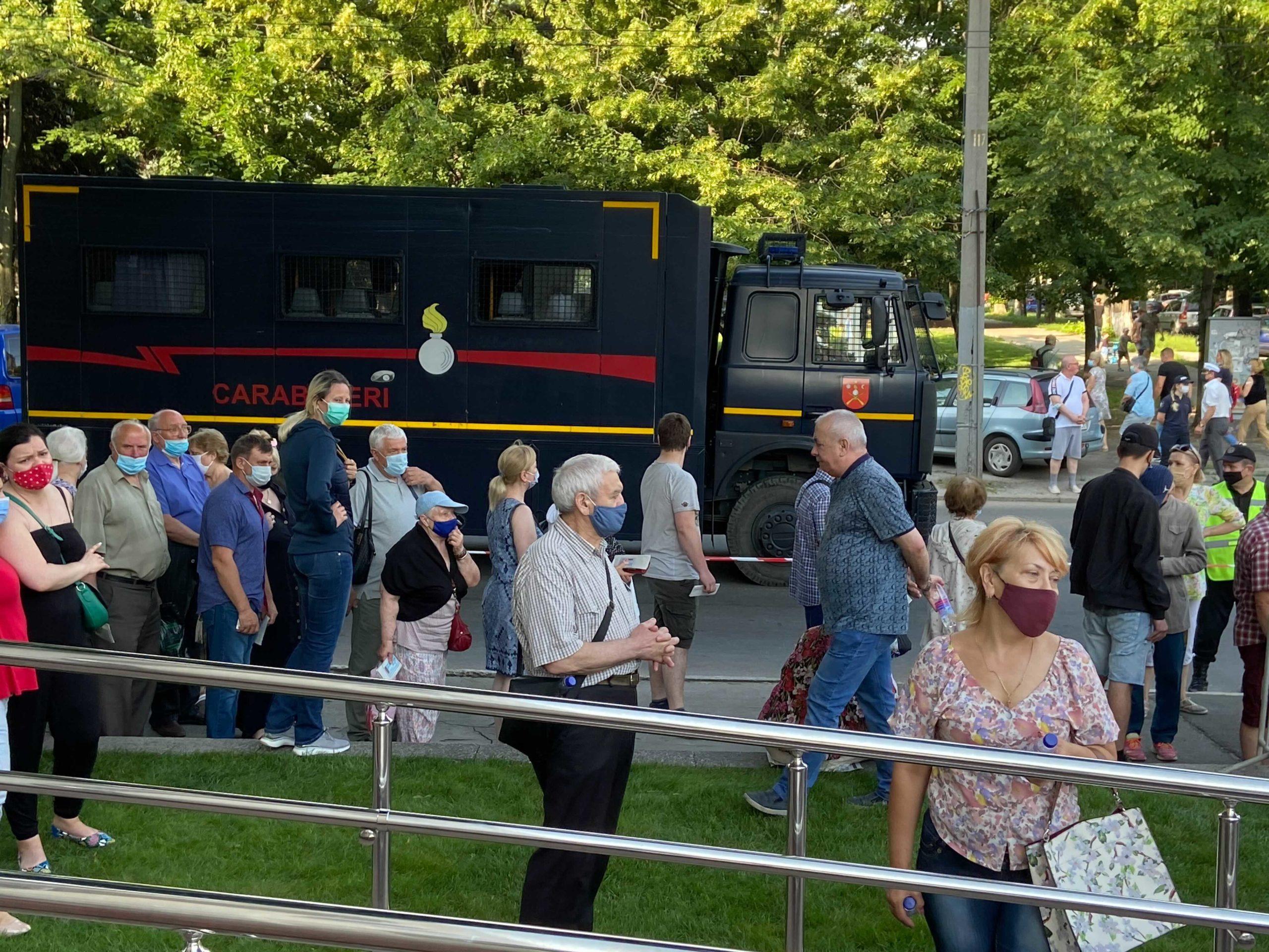 ВКишиневе сотни человек выстроились вочередь за «Спутником V». Стрим NM (ОБНОВЛЕНО)