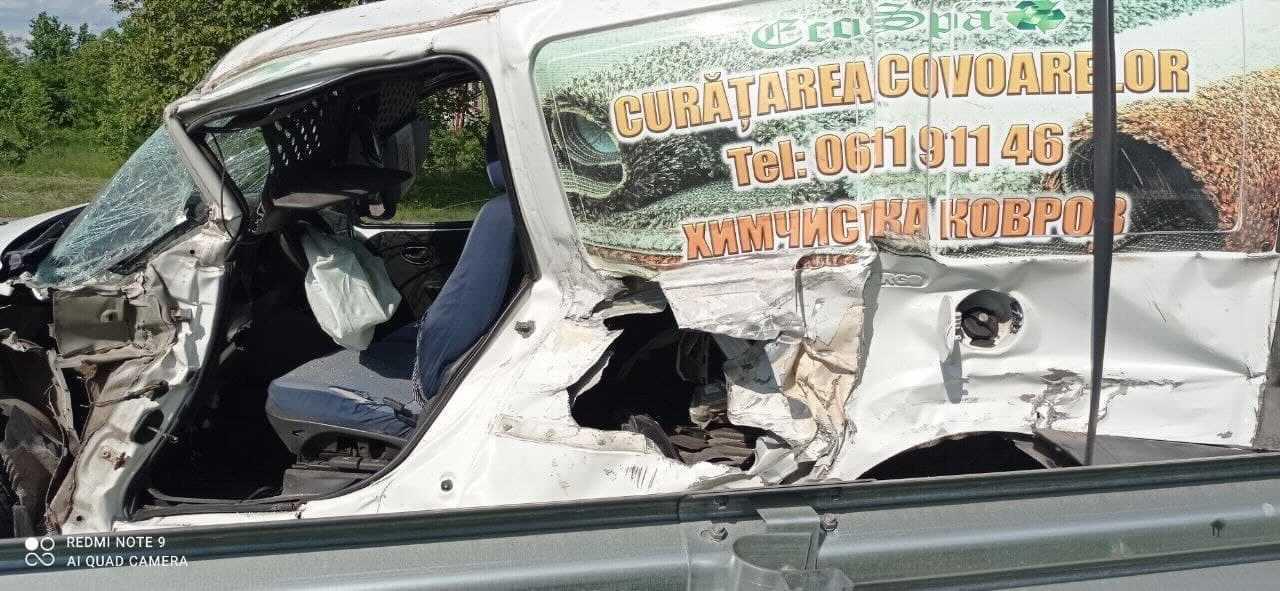 Accident în raionul Briceni. Remorca unui microbuz s-a decuplat și s-a izbit într-o mașină (FOTO)
