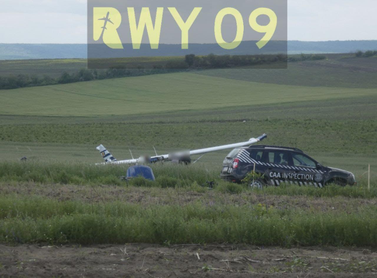 O aeronavă de mici dimensiuni a aterizat forțat într-un lan cu grâne. Pilotul a avut nevoie de îngrijiri medicale (FOTO)