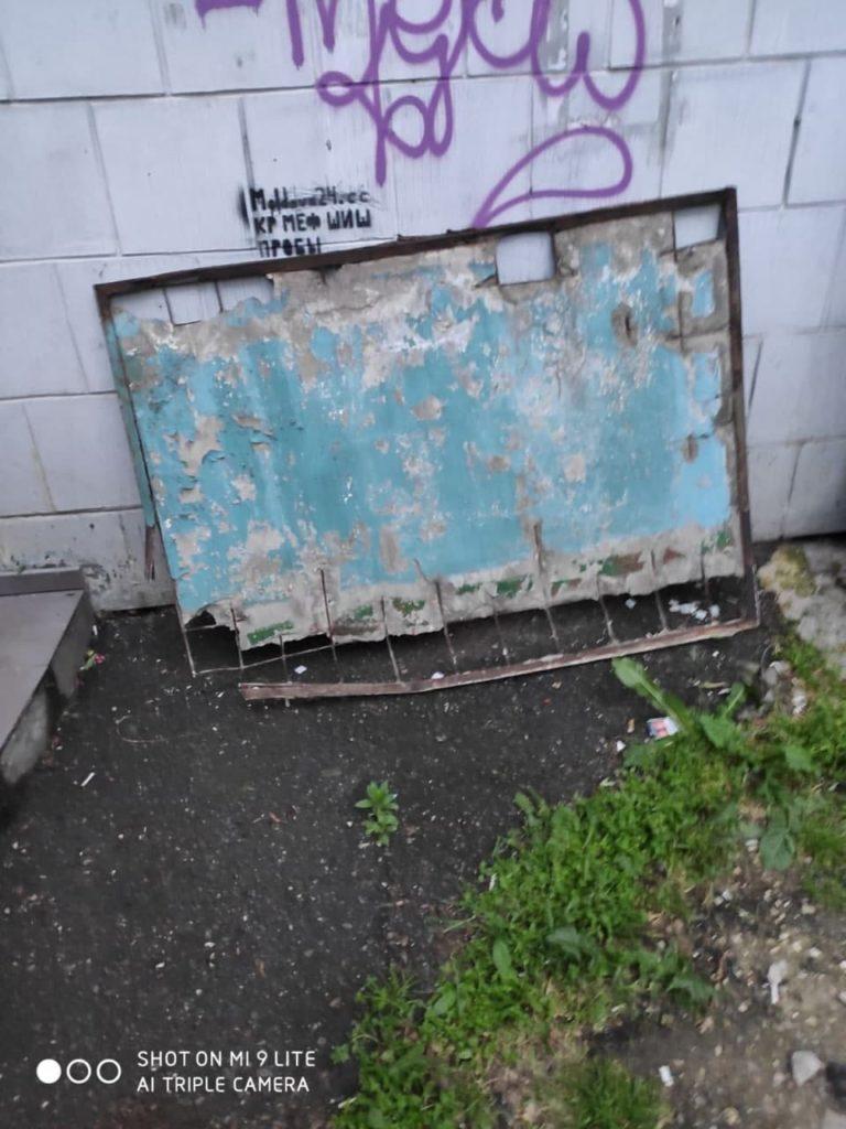 O placă de beton risca să cadă de la etajul 7 al unui bloc din strada Negruzzi a capitalei (FOTO)