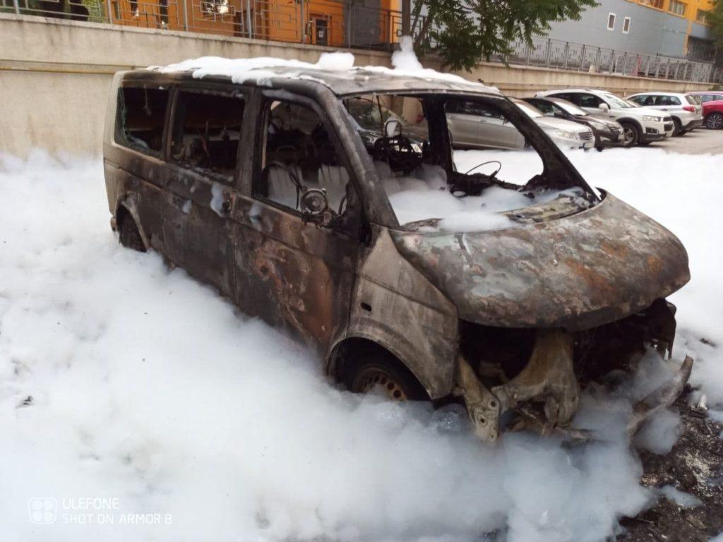 Incendiu nocturn la Botanica. Patru mașini au fost curpinse de flăcări (FOTO)