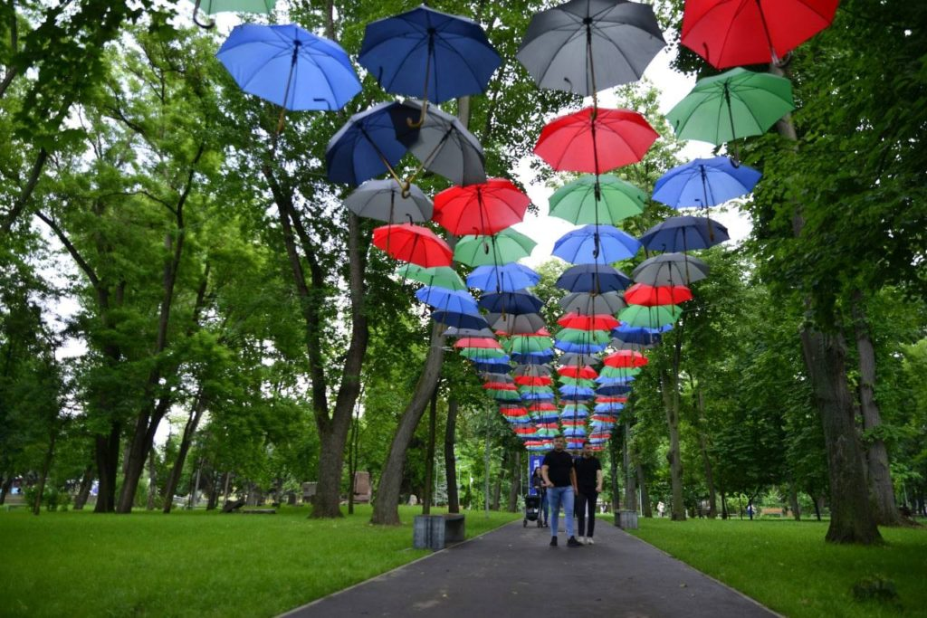 Водном изпарков Кишинева появилась аллея разноцветных зонтов (ФОТО)