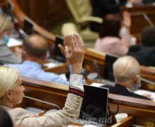 Депутаты тратили на канцелярскую бумагу 1млн леев вгод. Теперь они будут пользоваться планшетами