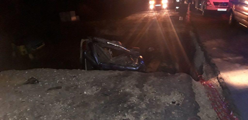 Hâncești: Două mașini s-au răsturnat într-un șanț, după ce șoferii au continuat deplasarea pe un drum în reparație (FOTO)