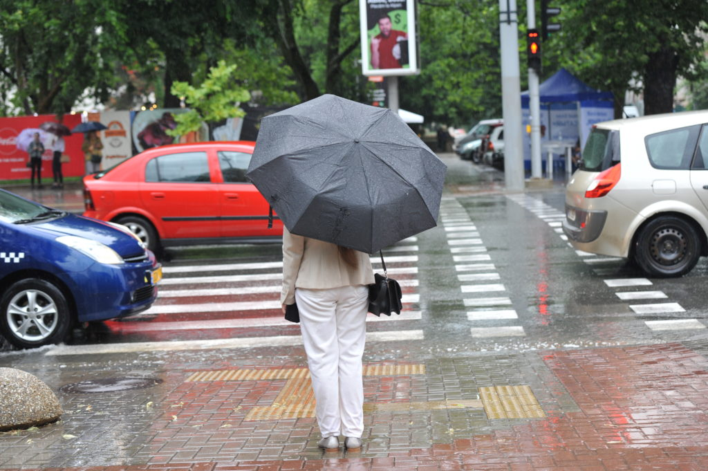 Chișinăul sub ape. Ploaia torențială de luni a inundat străzi și curți (FOTOREPORTAJ)