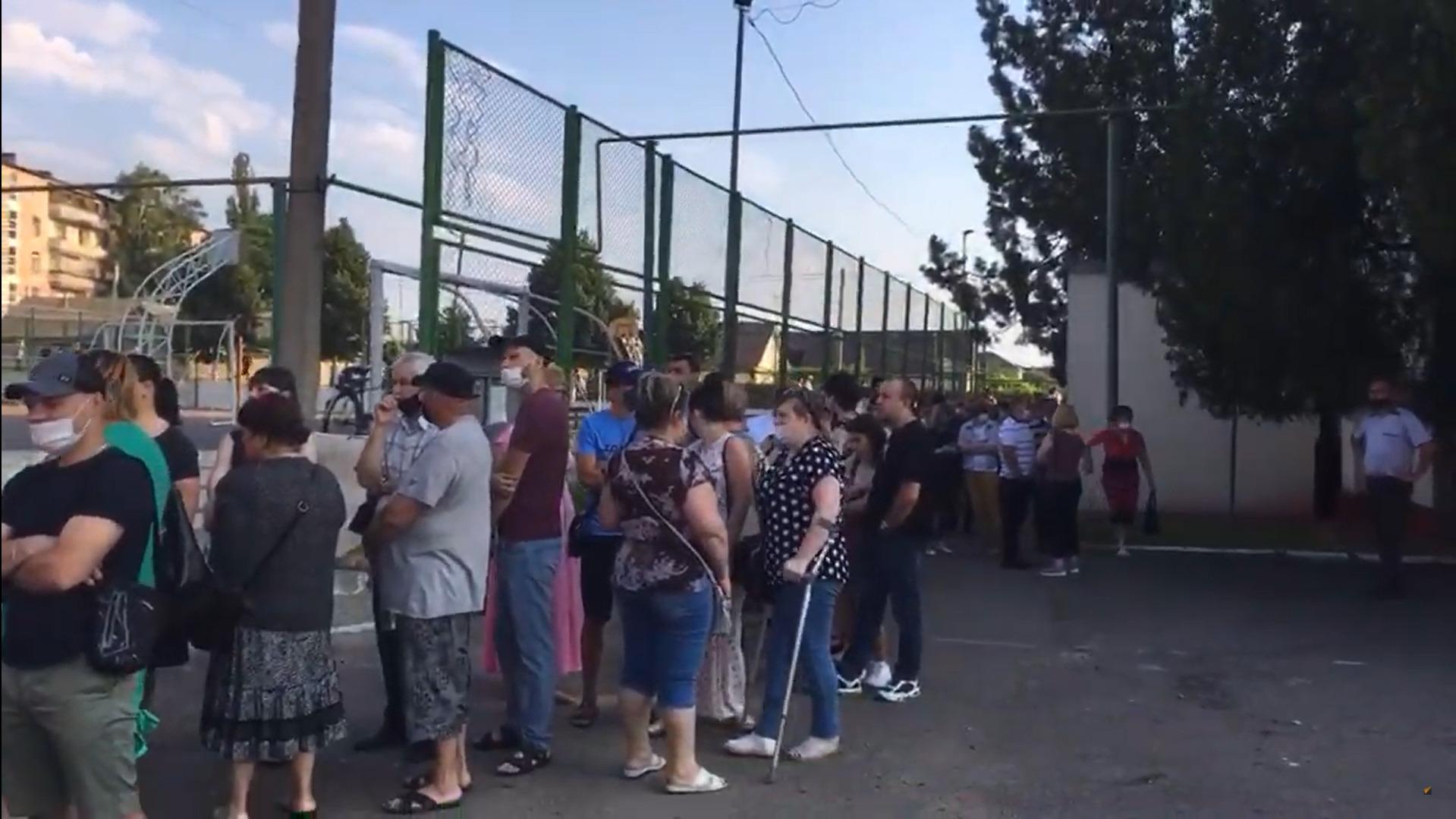 На въезде в Варницу собралась группа протестующих, чтобы следить за проведением выборов (ВИДЕО)