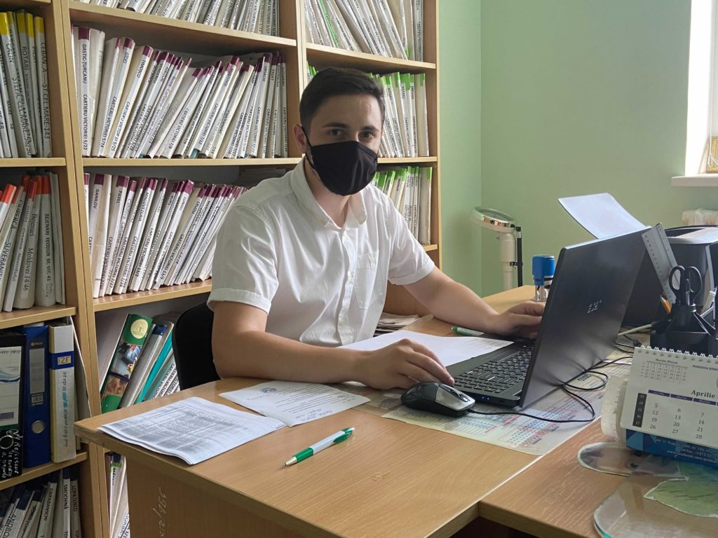«Бьешься обетонную стену скептицизма». Как врачи вМолдове борются завакцинацию. Репортаж NMизФалешт