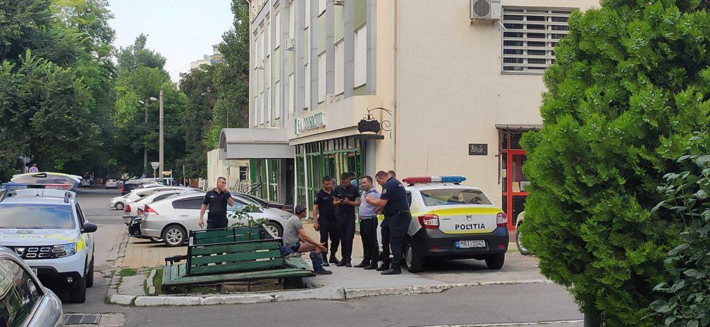 S-a îmbătat și s-a dezbrăcat. Un echipaj de poliție, solicitat să convingă un bărbat din Chișinău să-și pună hainele în public (FOTO)
