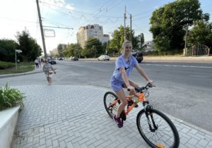 Попасть под колеса или врезаться в столб. Можно ли по Кишиневу ездить на велосипеде и самокате? Репортаж NM с колес